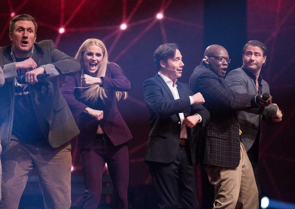 Michelle Hunziker (2.v.l.), Michael Bully Herbig (M.) und Sasha (r.) sind von den beiden Künstlern begeistert. Doch reicht der Auftritt zum Sieg? - Bildquelle: Stefan Hobmaier SAT.1