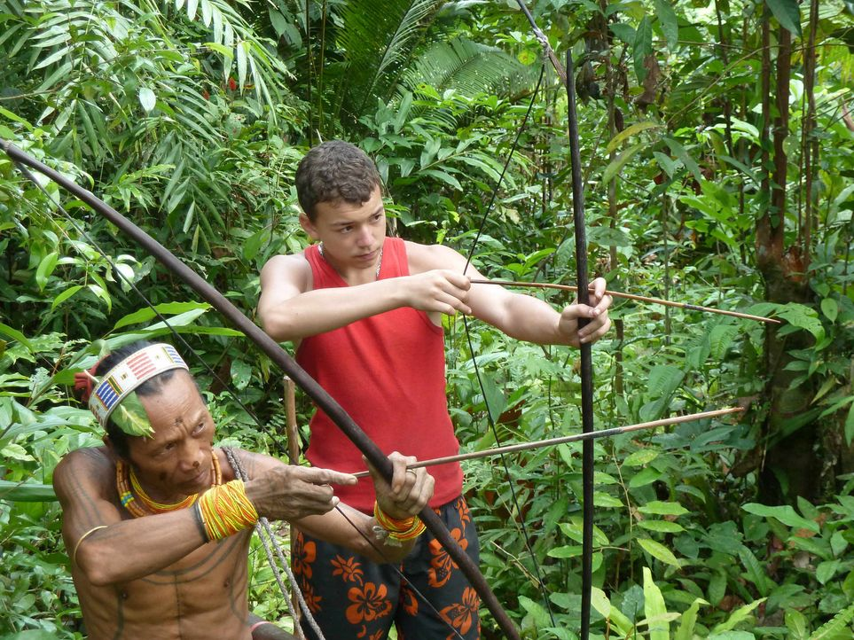 Der 15-jährige Jarvis (r.) lernt bei den Mentawai-Indianern auf Siberut Island tief im Indonesischen Dschungel den Umgang mit Pfeil und Bogen. - Bildquelle: SAT.1