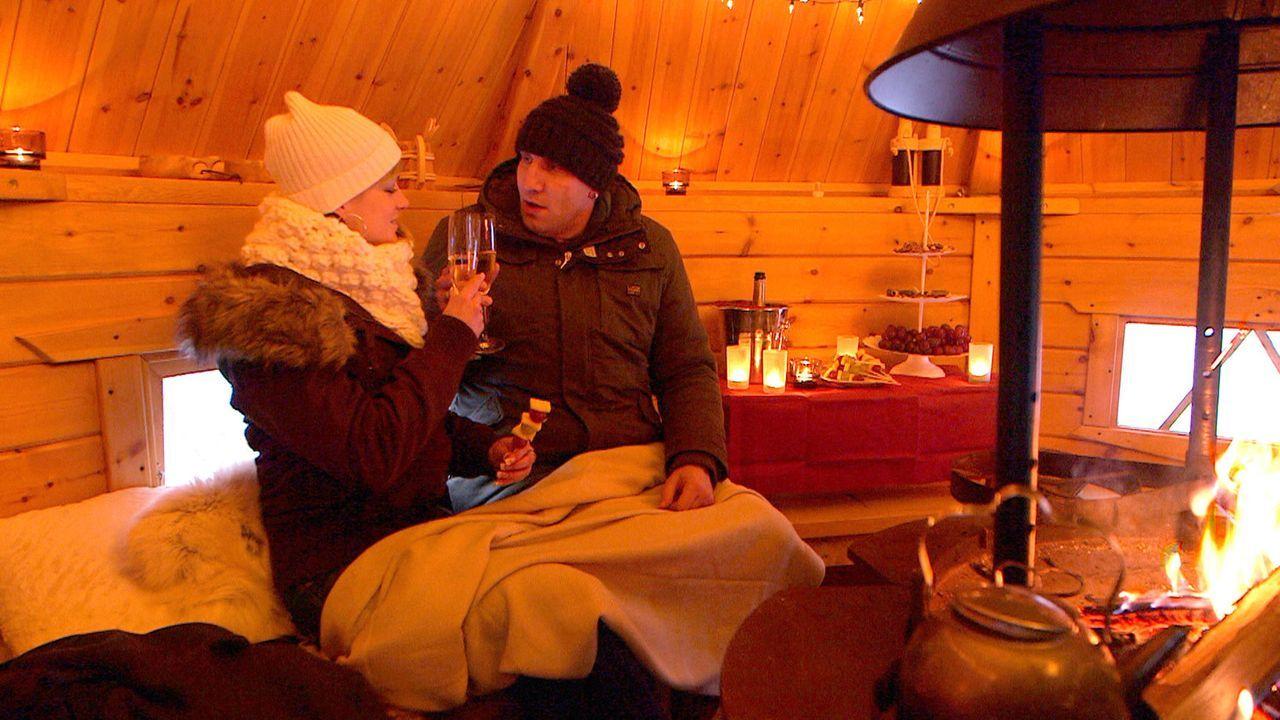 Patchwork-Papa Michael (r.) überrascht Christina (l.) mit einer romantischen Geste ... - Bildquelle: SAT.1