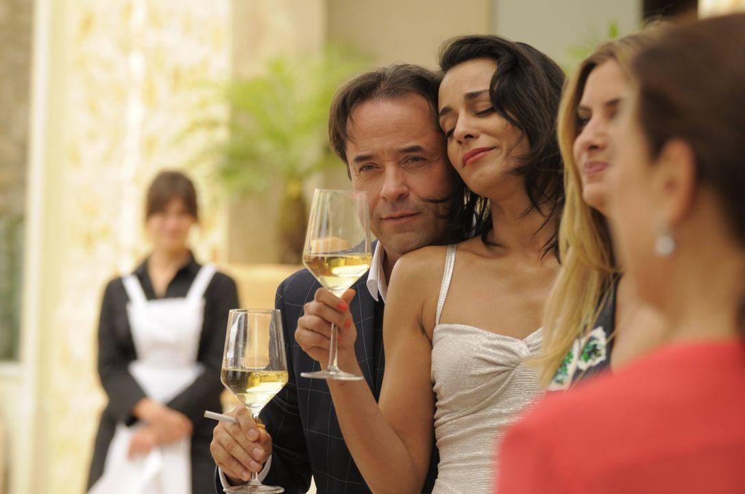 Melissa (Edita Malovcic, r.) und Guido (Jan Josef Liefers, l.) sind glücklich miteinander. Doch wird Paul auch endlich die richtige Frau finden? - Bildquelle: 2017 Warner Brothers