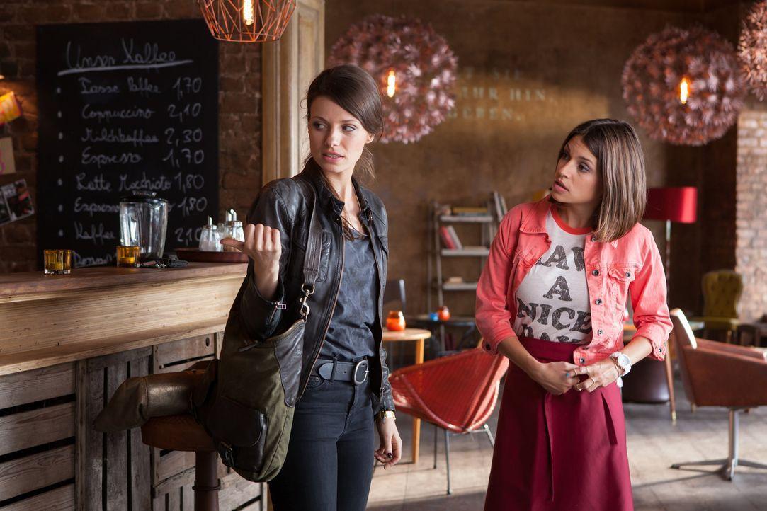 Auf der Suche nach einem Job kennt Bibiana (Anna Julia Kapfelsperger, r.) weder Freund noch Feind. Als sie im Café von Frieda (Julia Hartmann, l.) a... - Bildquelle: Conny Klein SAT.1