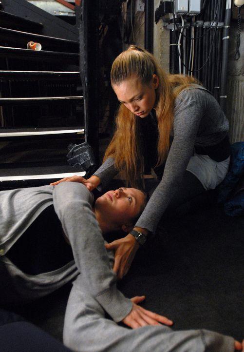 Kaum hat Annas (Julie Engelbrecht, l.) beste Freundin, Milena (Emily Cox), den Part als Solotänzerin bekommen, da erleidet sie einen schweren Trepp... - Bildquelle: SAT.1
