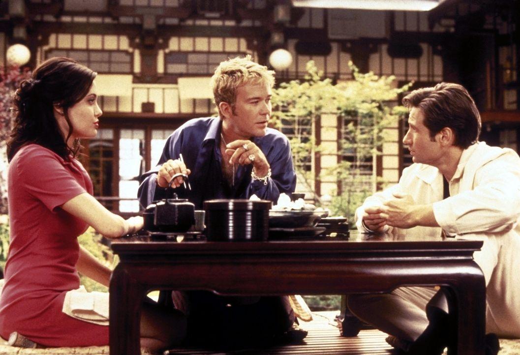 Raymond (Timothy Hutton, M.) weiht Claire (Angelina Jolie, l.) und Eugene (David Duchovny, r.) in seine Pläne ein ... - Bildquelle: Buena Vista Pictures