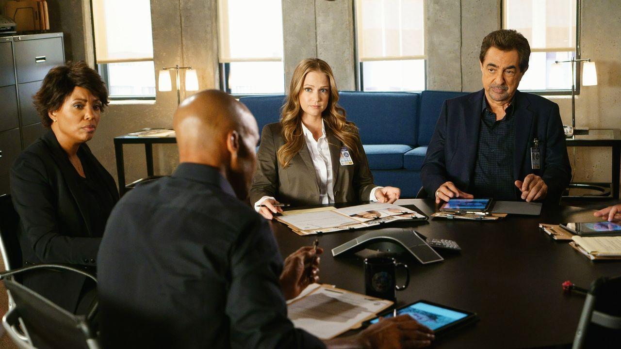 Ein neuer Fall wartet auf das Team um Morgan (Shemar Moore, 2.v.l.), Tara (Aisha Tyler, l.), JJ (AJ Cook, 2.v.r.) und Rossi (Joe Mantegna, r.), als... - Bildquelle: Monty Brinton ABC Studios