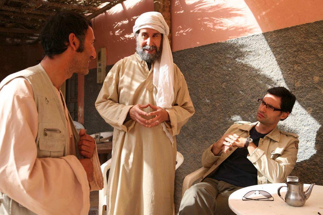 Noch ahnen Zaid (René Ifrah, 2.v.r.) und Murat (David-Ali Hamade, l.) nicht, dass sie seit Jahren von Tarif (Ercan Durmaz, l.) observiert werden. De... - Bildquelle: SAT.1