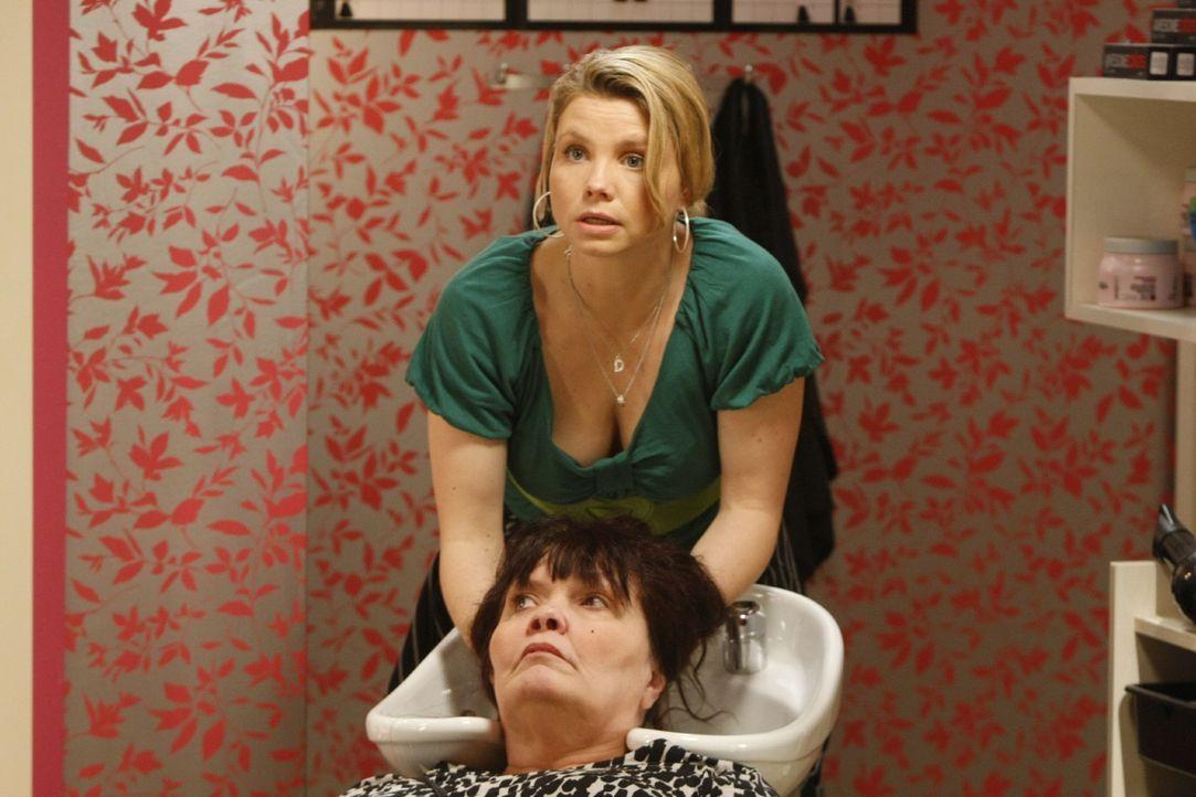 Weil Danni (Annette Frier, hinten) der Friseuse Fanny falsche Tipps gegeben hat, misslingt auch der zweite Versuch mit der Dauerwelle. Daraufhin üb... - Bildquelle: SAT.1