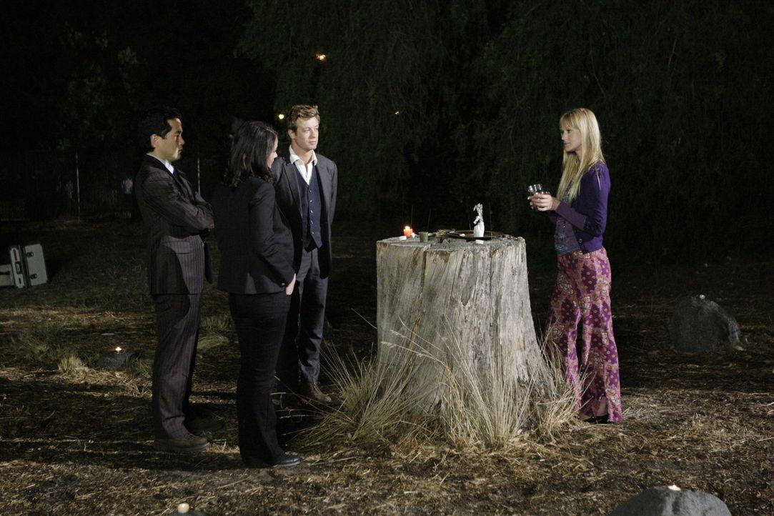 Auf der Suche nach dem 16-jährigen Cody Elkins machen Kendall Cho (Tim Kang, l.), Teresa Lisbon (Robin Tunney, 2.v.l.) und Patrick Jane (Simon Bake... - Bildquelle: Warner Bros. Television