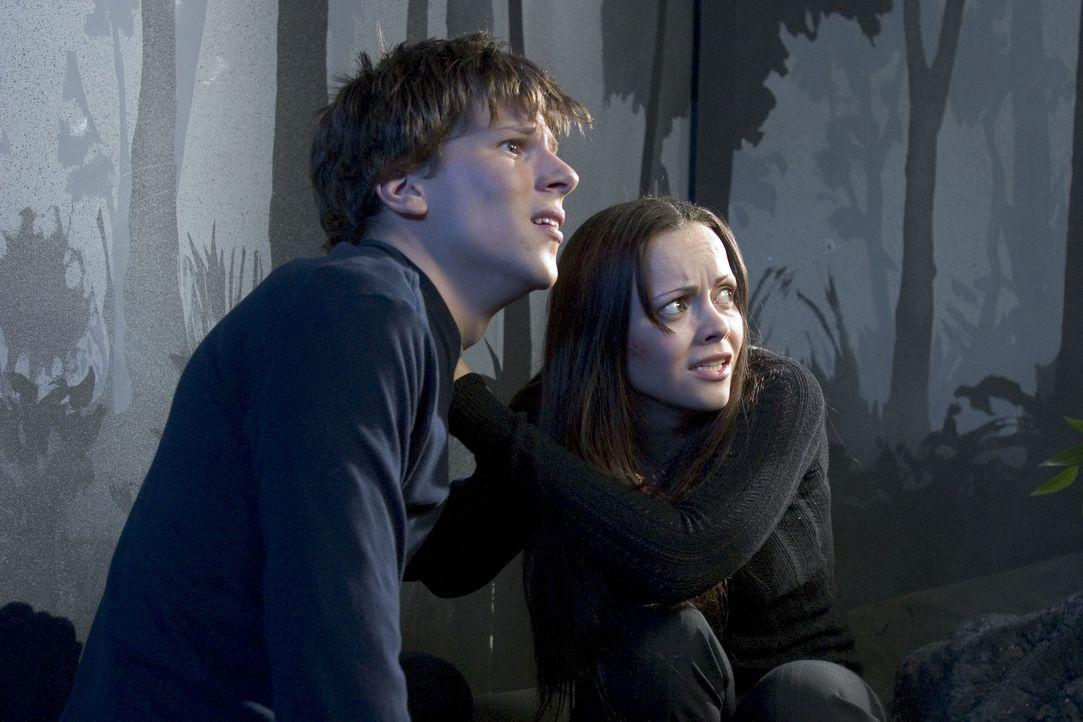 Allmählich beginnen die infizierten Geschwister Ellie (Christina Ricci, r.) und Jimmy (Jesse Eisenberg, l.), ungewöhnliche Verhaltensweisen an den... - Bildquelle: Dimension Films