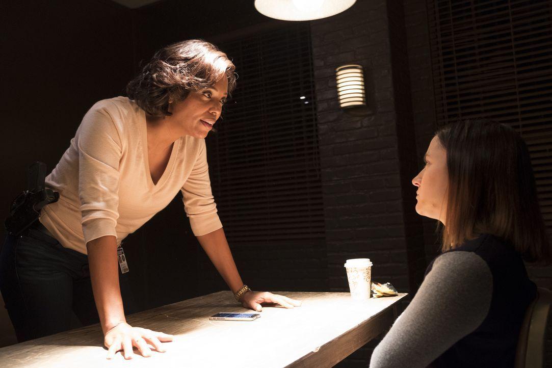 Verschwörungstheoretikerin Melissa Miller (Zelda Williams, r.) stimmt einem Gespräch mit Dr. Tara Lewis (Aisha Tyler, l.) vom FBI nur unter einer Be... - Bildquelle: Eddy Chen ABC Studios