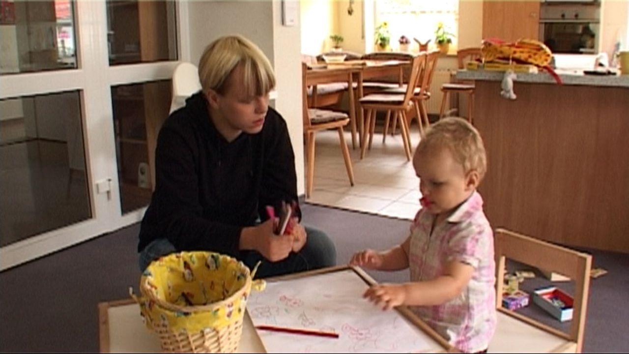 Baby statt Party - Im Heim der Teenie-Mütter: Michelle und Kimberley  ... - Bildquelle: SAT.1