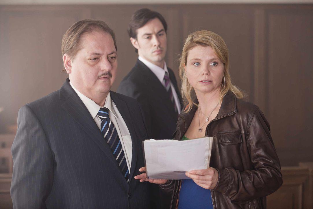 Um ihrer neuen Mandantin zu helfen, versucht Danni (Annette Frier, r.) alles, um vor Gericht gegen Gerd (Jürgen Tarrach, l.) und Jakob Mertenz (Arn... - Bildquelle: SAT.1