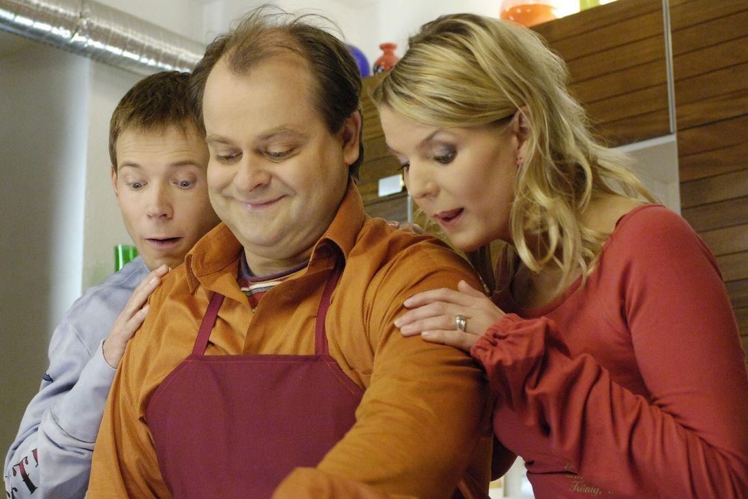 Wenn die drei WG-Bewohner Mathias (Mathias Schlung, l.), Markus (Markus Majowski, M.) und Mirja (Mirja Boes, r.) etwas Leckeres zusammen kochen, dan... - Bildquelle: Sat.1