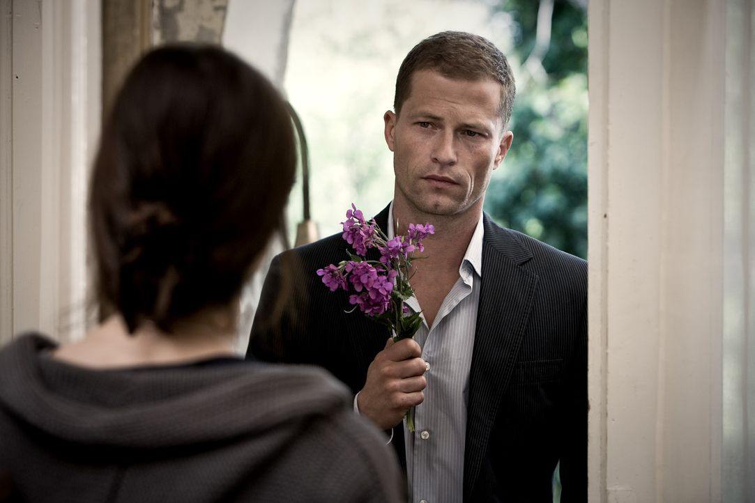 Kann ihm Anna (Nora Tschirner, vorne) verzeihen? Ludo (Til Schweiger, hinten) bittet sie nach seinem verpatzen Auftritt inständig um Entschuldigung... - Bildquelle: Warner Bros.