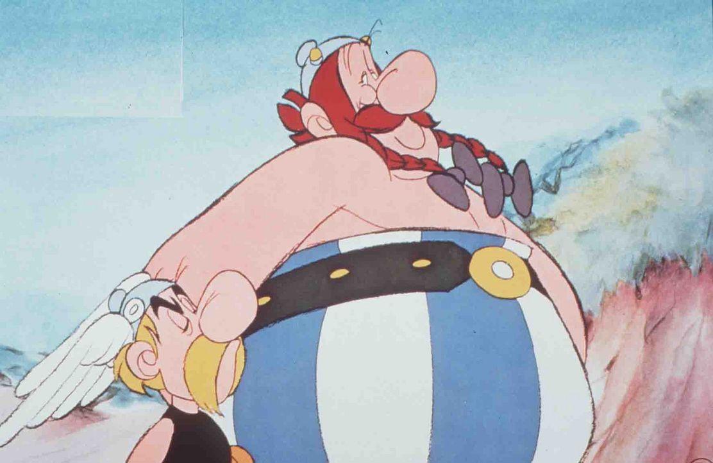 Cäsar stellt Asterix (l.) und Obelix (r.) zwölf Prüfungen. Erfüllen sie diese, will er seinen Rücktritt erklären ... - Bildquelle: Jugendfilm-Verleih GmbH