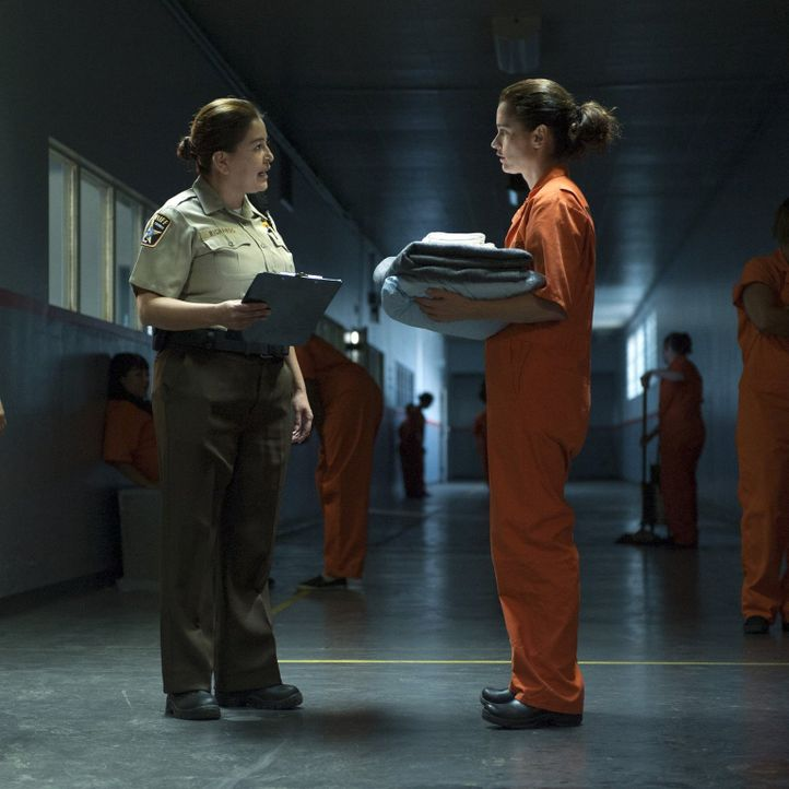 Teresa Lisbon (Robin Tunney, r.) ermittelt Undercover in einem Gefängnis. Von einer Gefängniswärterin (Monica Garcia, l.) bekommt sie die ersten Ein... - Bildquelle: Warner Bros. Television