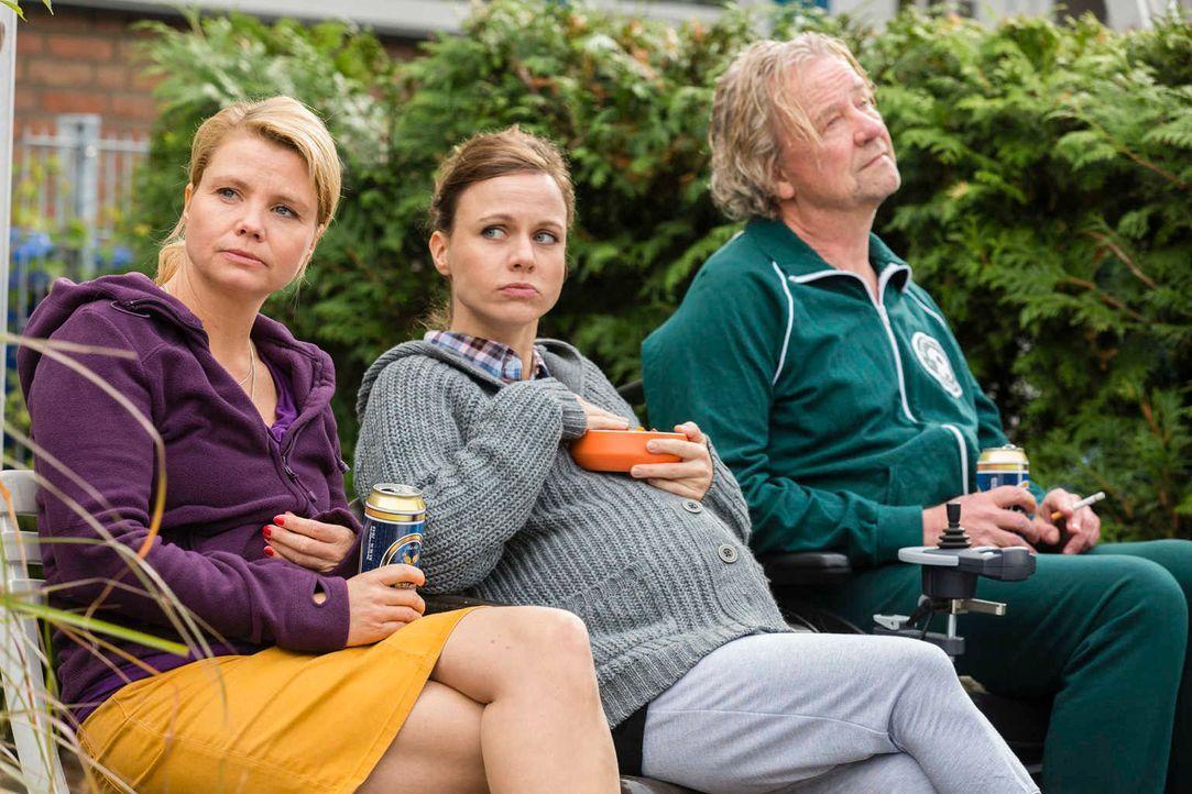 In ihrem neuen Reihenhaus mit Garten haben Danni (Annette Frier, l.), Kurt (Axel Siefer, r.) und die hochschwangere Bea (Nadja Becker, M.) nicht mit... - Bildquelle: Frank Dicks SAT. 1