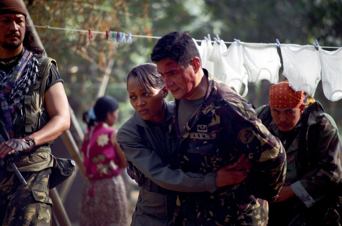 In der Hand hemmungsloser Rebellen: Matt Daniels (Mark Dacascos, r.) und Amy Jennings (Theresa Randle, l.) ... - Bildquelle: 2005 The Pacific Trust. All Rights Reserved.