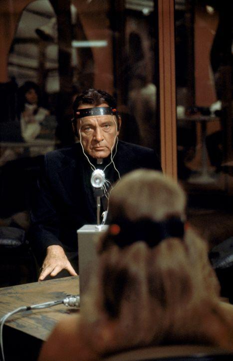 Pater Lamont (Richard Burton) - Bildquelle: 1977 Warner Bros. Entertainment Inc. All rights reserved.