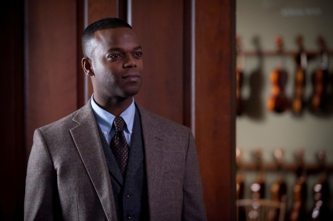 Der Besitzer einer Musikalien-Handlung, Tobias Budge (Demore Barnes), hütet ein düsteres Geheimnis ... - Bildquelle: Brooke Palmer 2013 NBCUniversal Media, LLC