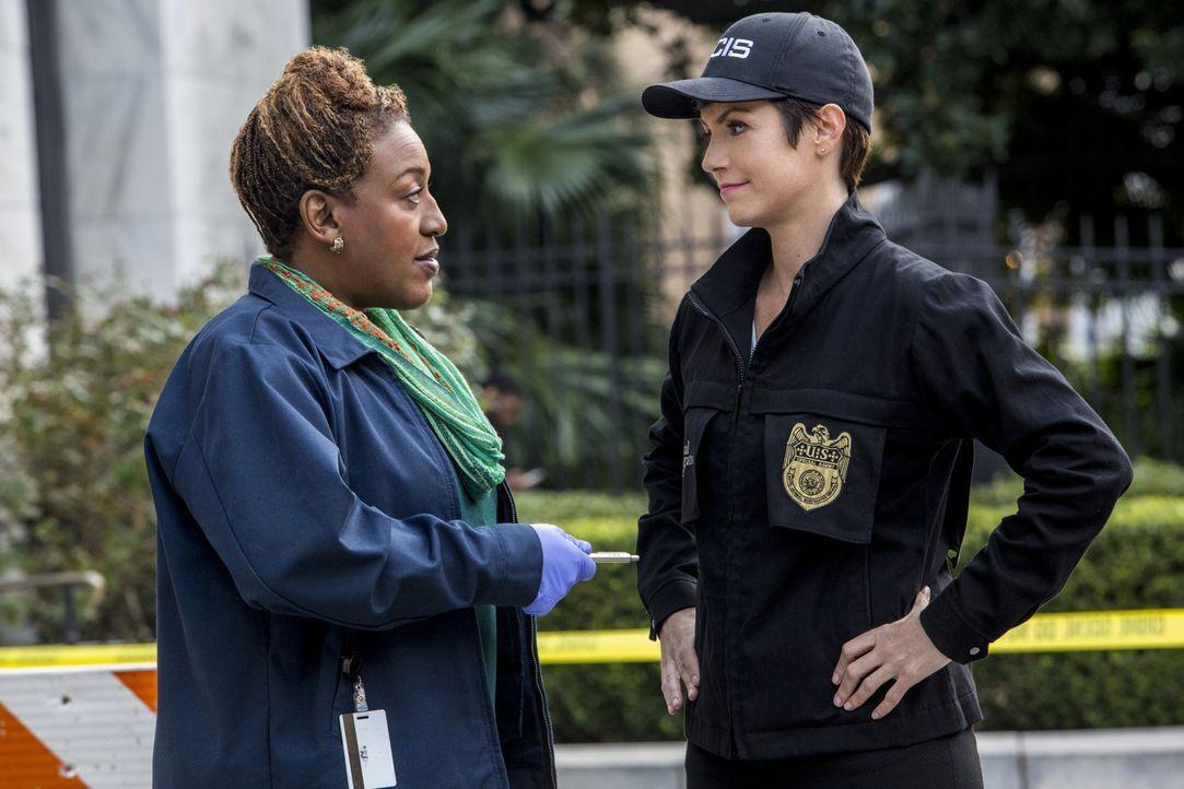Als ein NCIS-Agent während einer Eskort-Mission ums Leben kommt, beginnen Brody (Zoe McLellan, r.) und Wade (CCH Pounder, l.) mit den Ermittlungen .... - Bildquelle: 2014 CBS Broadcasting Inc. All Rights Reserved.