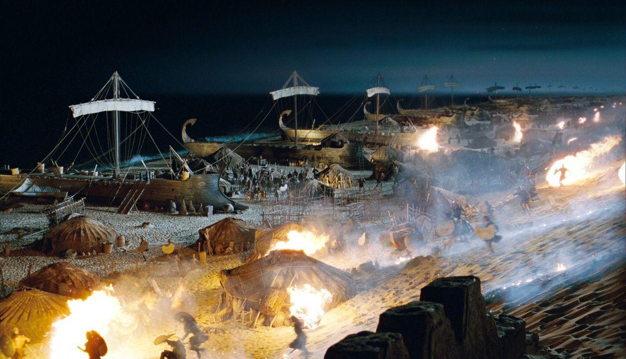 Unendlich viele griechische Kriegsschiffe landen an den trojanischen Gestaden. Als die Dämmerung naht, ist der Strand von griechischem und trojanisc... - Bildquelle: Warner Brothers International Television
