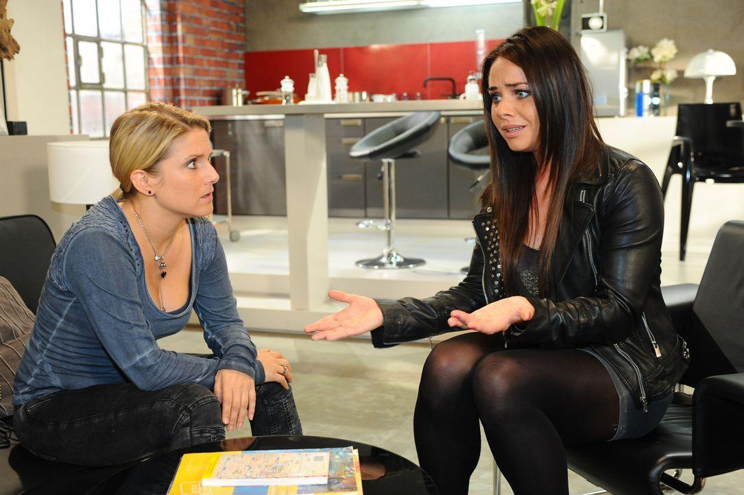 Paloma (Maja Maneiro, r.) lässt ihrer Wut über Enrique bei Anna (Jeanette Biedermann, l.) freien Lauf ... - Bildquelle: SAT.1