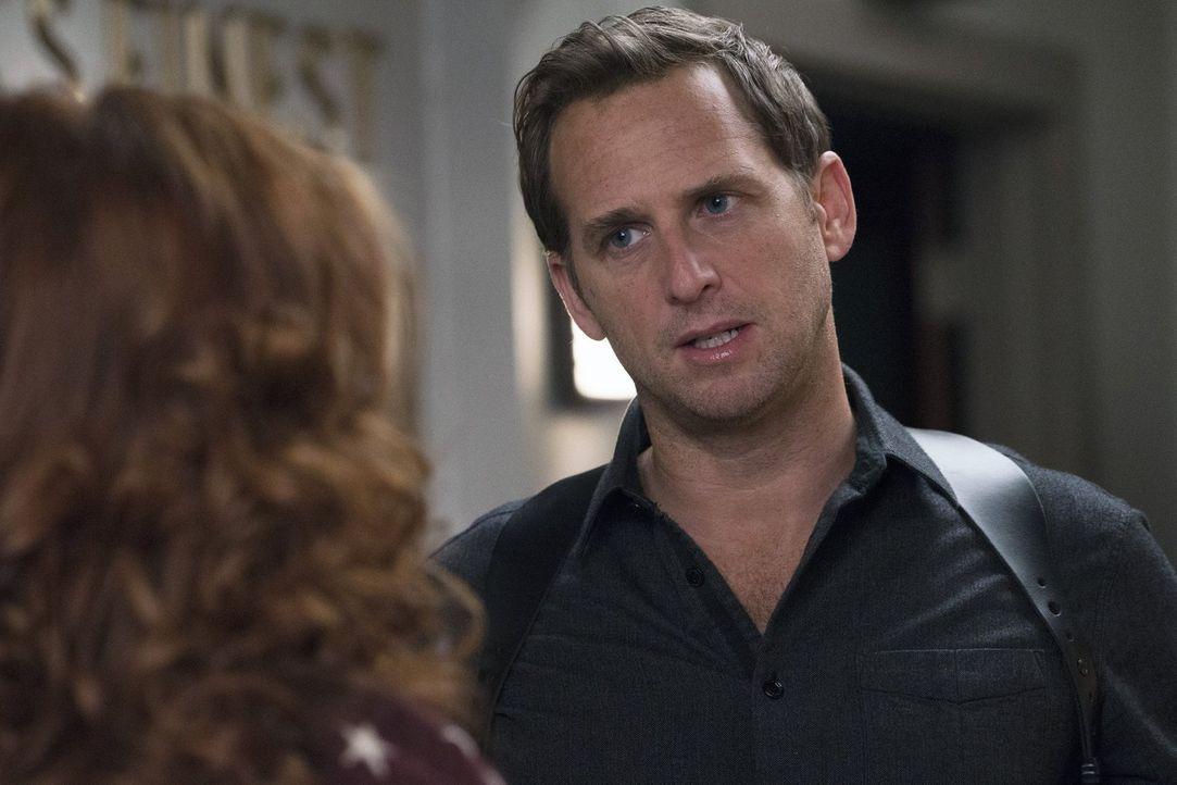 Wird Jake (Josh Lucas, r.) Laura (Debra Messing, l.) bei den Ermittlungen helfen, um zu beweisen, dass ihre Halbschwester keinen Mord begangen hat? - Bildquelle: 2016 Warner Bros. Entertainment, Inc.