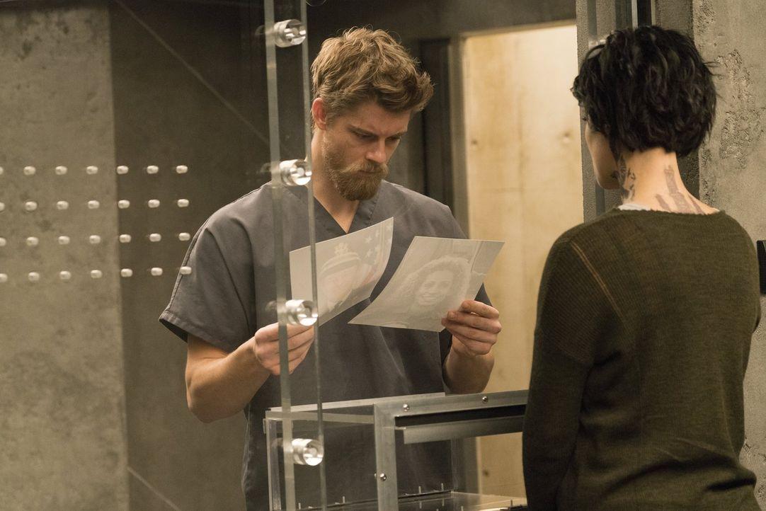 Kurt Weller und dem Team fällt es schwer, Roman (Luke Mitchell, l.) zu vertrauen. Weller ist davon überzeugt, dass Janes (Jaimie Alexander, r.) Brud... - Bildquelle: Warner Brothers