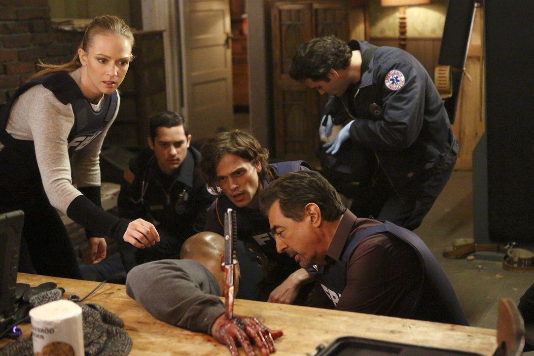 Gerade noch rechtzeitig konnten JJ (AJ Cook, l.), Rossi (Joe Mantegna, r.) und Reid (Matthew Gray Gubler, 2.v.r.) Morgan (Shemar Moore, vorne) finde... - Bildquelle: Trae Patton ABC Studios