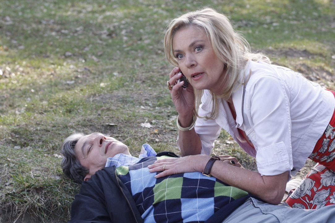 Julius (Günter Barton, l.) ist nach Philips Attacke mit einem Herzinfarkt zusammengebrochen. Philip ringt mit sich, aber anstatt ihm zu helfen, üb... - Bildquelle: SAT.1
