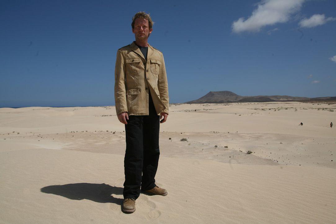 Auf Urzeitmonsterjagd: Cutter (Douglas Henshall) ... - Bildquelle: ITV Plc