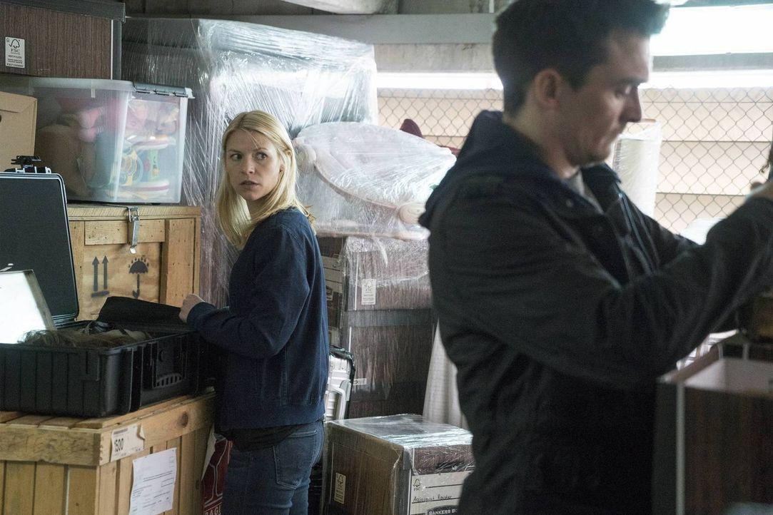 Quinn (Rupert Friend, r.) hat Carrie (Claire Danes, l.) überwältigt und erzählt ihr, dass Saul sie auf die Todesliste gesetzt hat, doch Carrie kann... - Bildquelle: Stephan Rabold 2015 Showtime Networks, Inc., a CBS Company. All rights reserved.