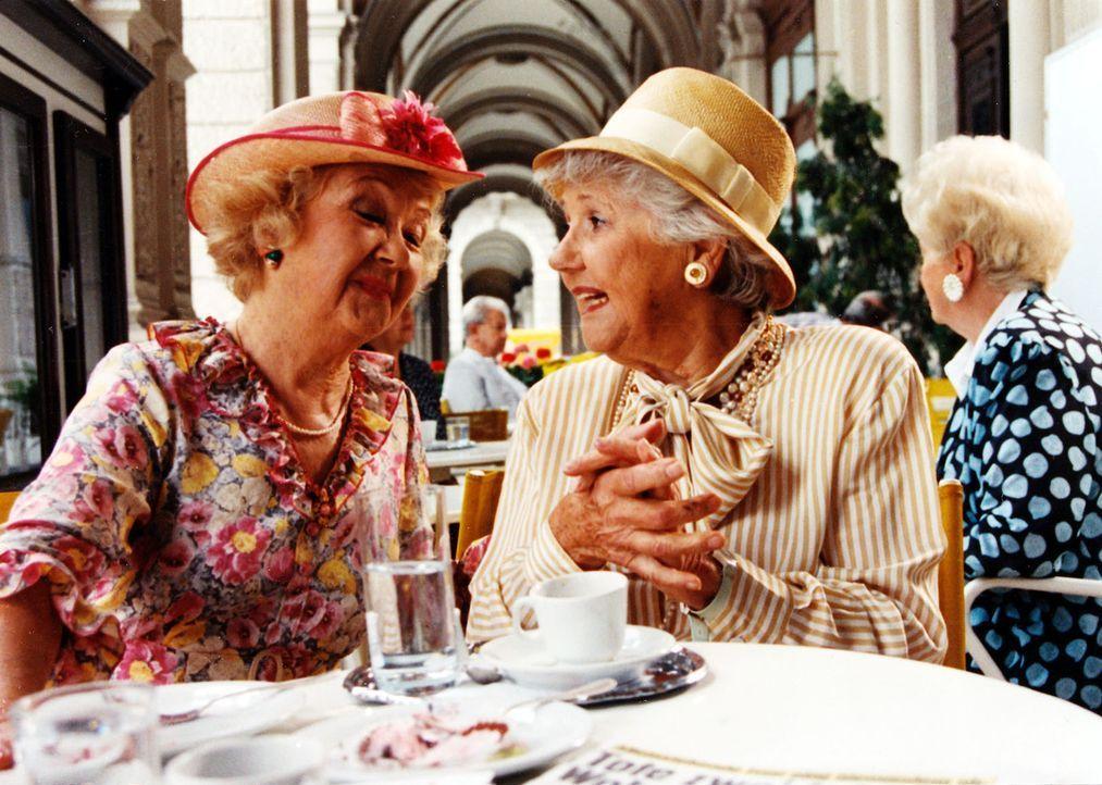 Im Wiener Nobelbezirk verschwinden spurlos allein stehende ältere Damen. Auch Johanna Gebauer (Gusti Wolf, l.) und ihre Freundin Valerie Bernhard (J... - Bildquelle: Ali Schafler Sat.1
