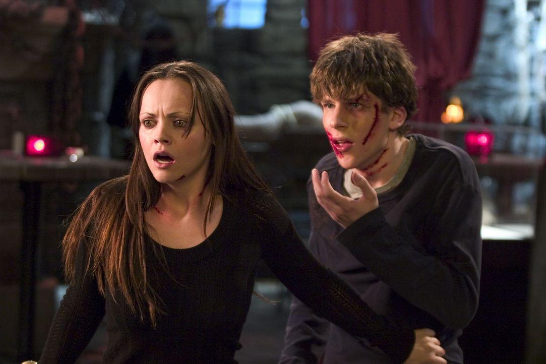 Die Geschwister Ellie (Christina Ricci, r.) und Jimmy (Jesse Eisenberg, l.) haben nur eine Überlebenschance, wenn sie herausfinden, wer der Werwolf... - Bildquelle: Dimension Films