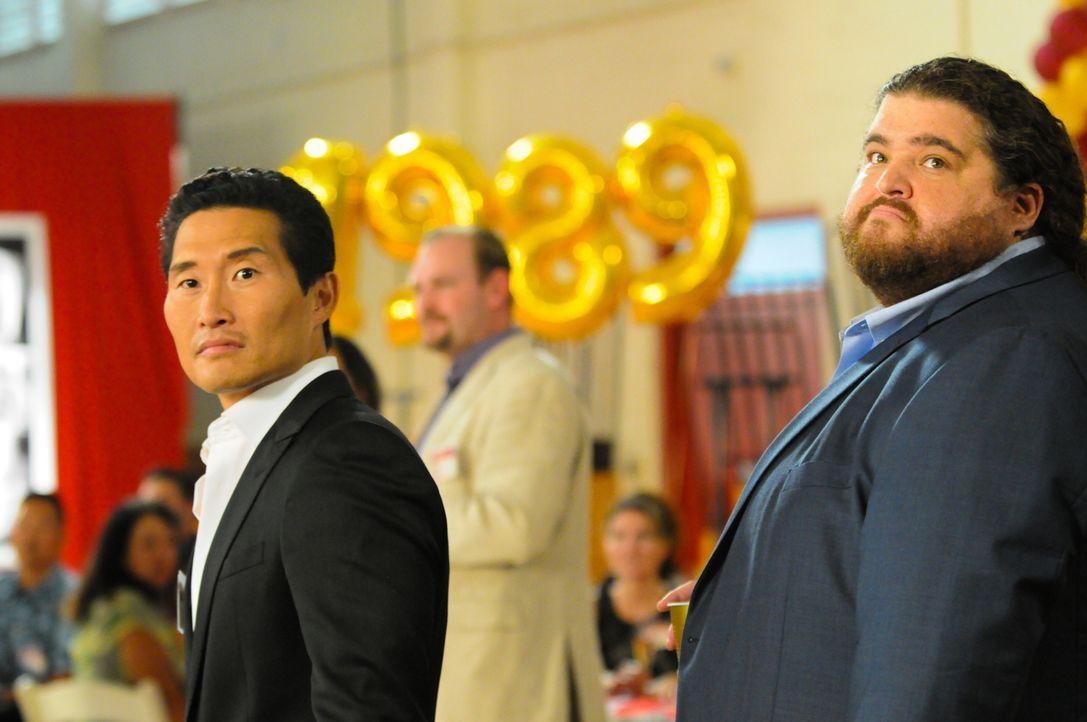 Müssen bei ihrem Klassentreffen einen Mordfall aufdecken: Chin (Daniel Dae Kim, l.) und Jerry (Jorge Garcia, r.) ... - Bildquelle: 2013 CBS Broadcasting Inc. All Rights Reserved