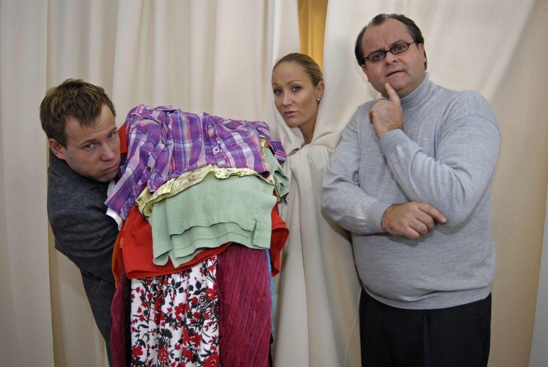 Mathias (Mathias Schlung, l.)ischleppt für seine Freundin (Janine Kunze, M.) Berge von Kleidern an, was den Boutiquebesitzer Markus (Markus Majowski... - Bildquelle: Max Kohr Sat.1