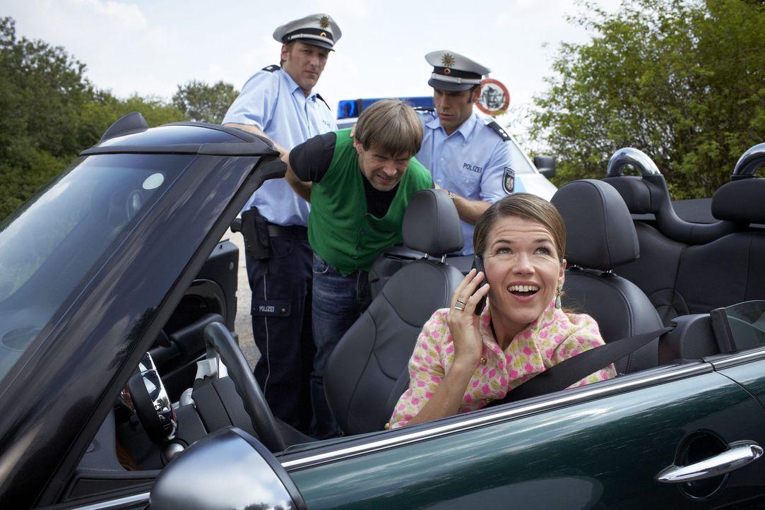 Auf dem Weg zu einer Party ist Nicole (Anke Engelke, r.) trotz der Ermahnung ihres Freundes Heiko (Matthias Matschke, 2.v.l.) zu schnell auf der Lan... - Bildquelle: Guido Engels SAT.1