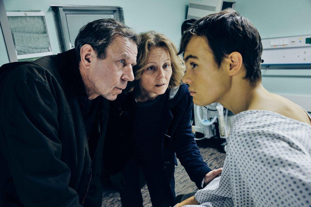 Frank (Valentino Fortuzzi, r.) will unbedingt Dafinas Leben retten - und auf seine Spenderleber verzichten. Während seine Eltern (Carina Wiese, M.,... - Bildquelle: Hardy Spitz SAT.1