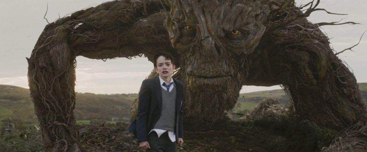 Conor (Lewis MacDougall, l.); Monster (Liam Neeson, r.) - Bildquelle: Studiocanal GmbH/Focus Features