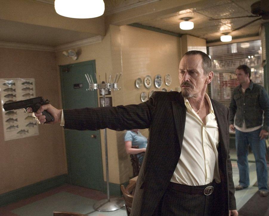 Leland (Stephen McHattie, l.) und Billy (Greg Bryk, r.) überfallen die Gaststätte von Tom Stall, mit fatalen Folgen ... - Bildquelle: 2005 Warner Bros.
