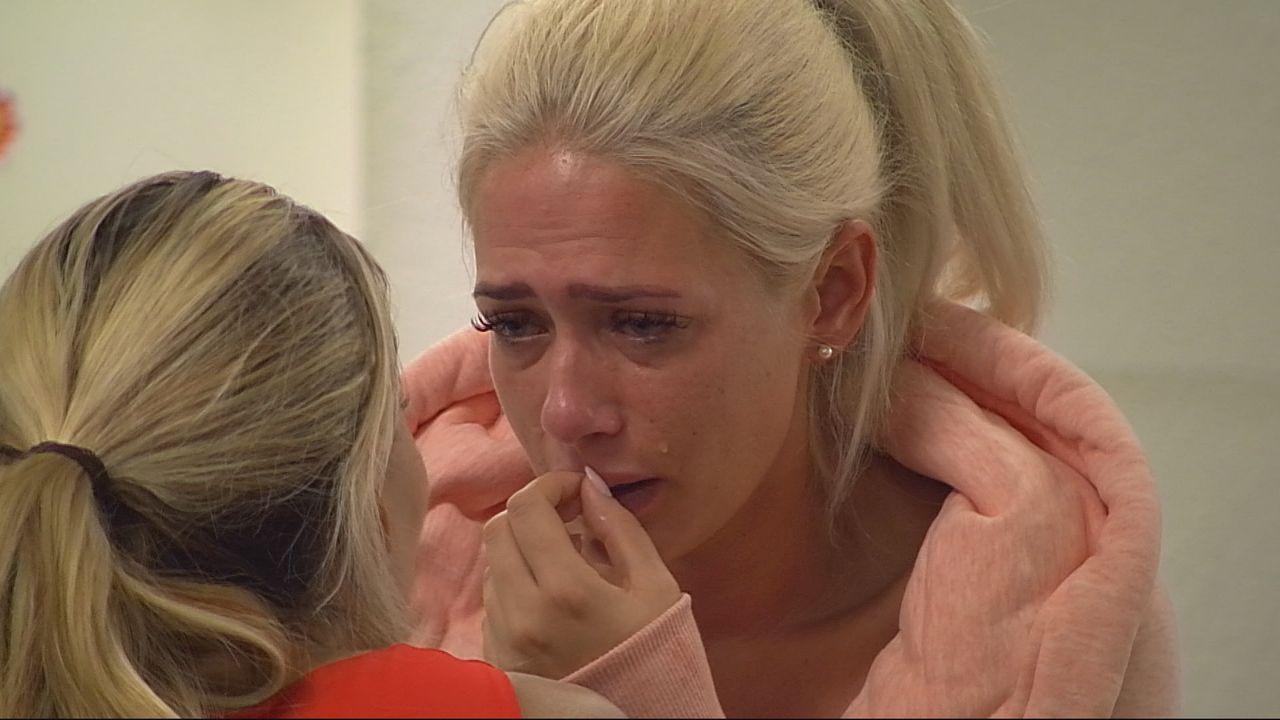 Sarah Knappik (r.) weint sich bei Maria (l.) aus - Bildquelle: SAT.1