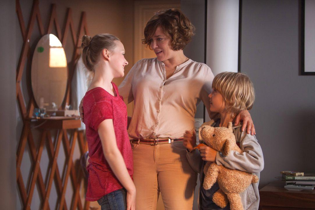 Endlich mit Sack und Pack in der neuen Wohnung: Britta (Muriel Baumeister, M.) und ihre Kinder Nele (Isabelle Ottmann, l.) und Finn (Tobias Geinets,... - Bildquelle: Conny Klein SAT.1