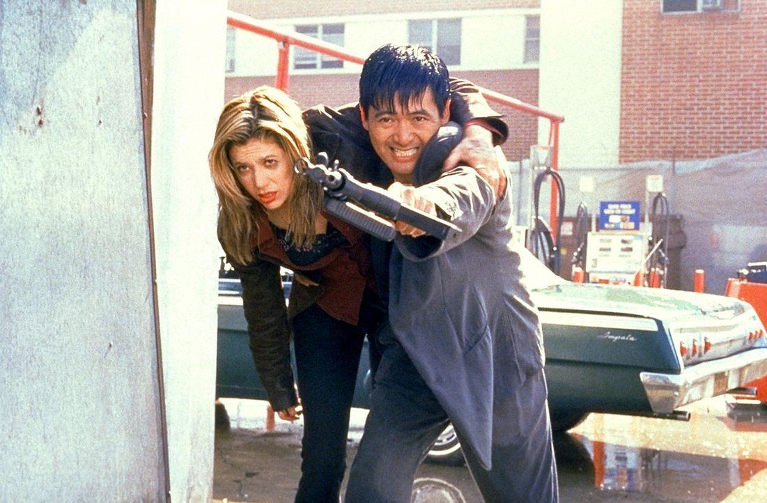 Meg (Mira Sorvino, l.) ahnt nicht, dass die Killer sie als Köder für John (Chow Yun-Fat, r.) einsetzen wollen ... - Bildquelle: Columbia Tri-Star