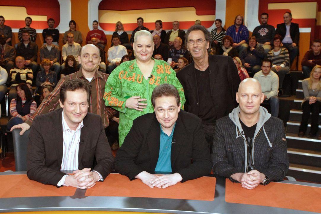 """Zu Gast bei """"Genial daneben - Die Comedy Arena"""" mit Hugo-Egon Balder:  v.l.n.r. hinten: Bernhard Hoëcker, Hella von Sinnen und Hugo Egon Balder  v.... - Bildquelle: Sat.1"""