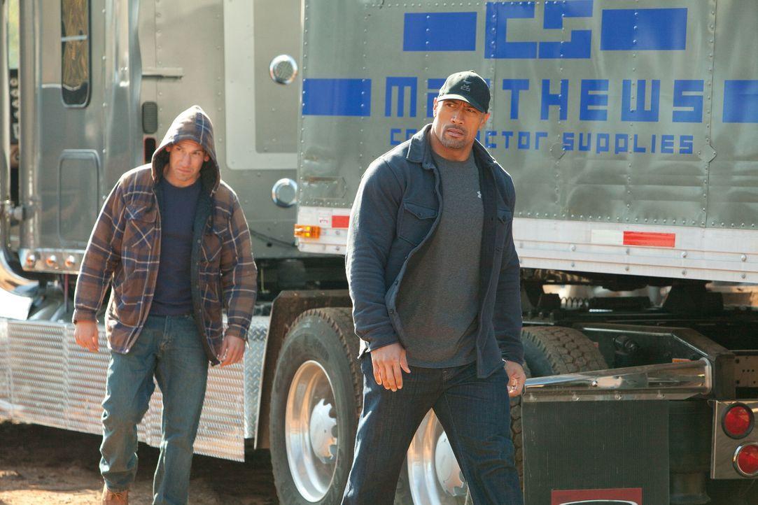 Mit Hilfe seines Angestellten Daniel James (Jon Bernthal, l.), der Kontakt zum Dealer Malik hat, gelingt es John (Dwayne Johnson, r.) , undercover a... - Bildquelle: TOBIS FILM