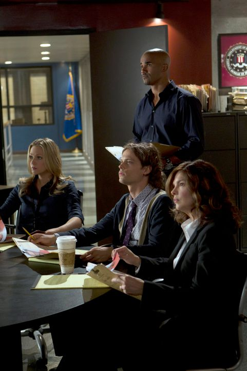 Müssen einen entkommenen Gefangenen dingfest machen: J.J. (A. J. Cook, l.), Morgan (Shemar Moore, hinten), Reid (Matthew Gray Gubler, M.) und Alex B... - Bildquelle: ABC Studios