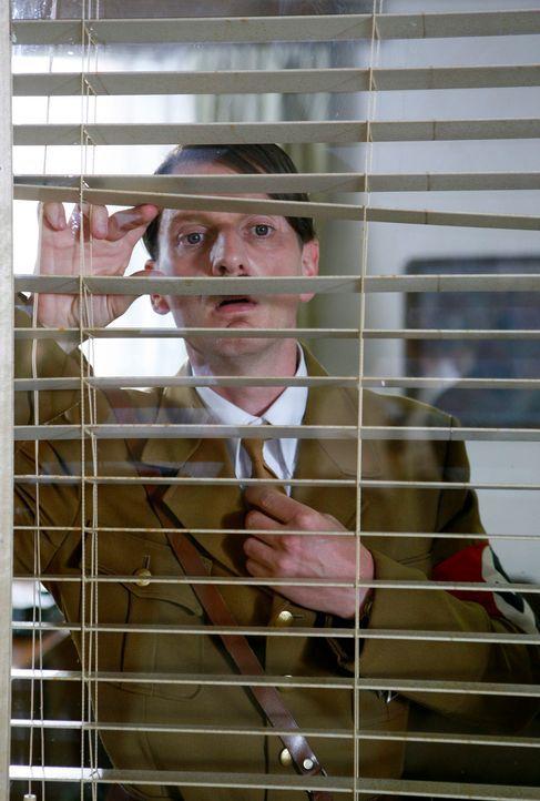 Geswitcht: Hitler (Michael Kessler) übernimmt Strombergs Büro ... - Bildquelle: Kai Schulz ProSieben