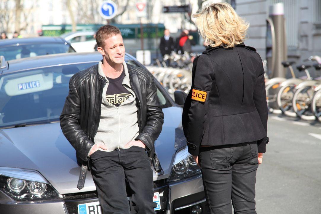 Versuchen Copain Sibony (Maxime Dorian, l.) und Fred (Vanessa Valence, r.) einander zu trösten? - Bildquelle: Stanislas Marsil 2011 BEAUBOURG AUDIOVISUEL