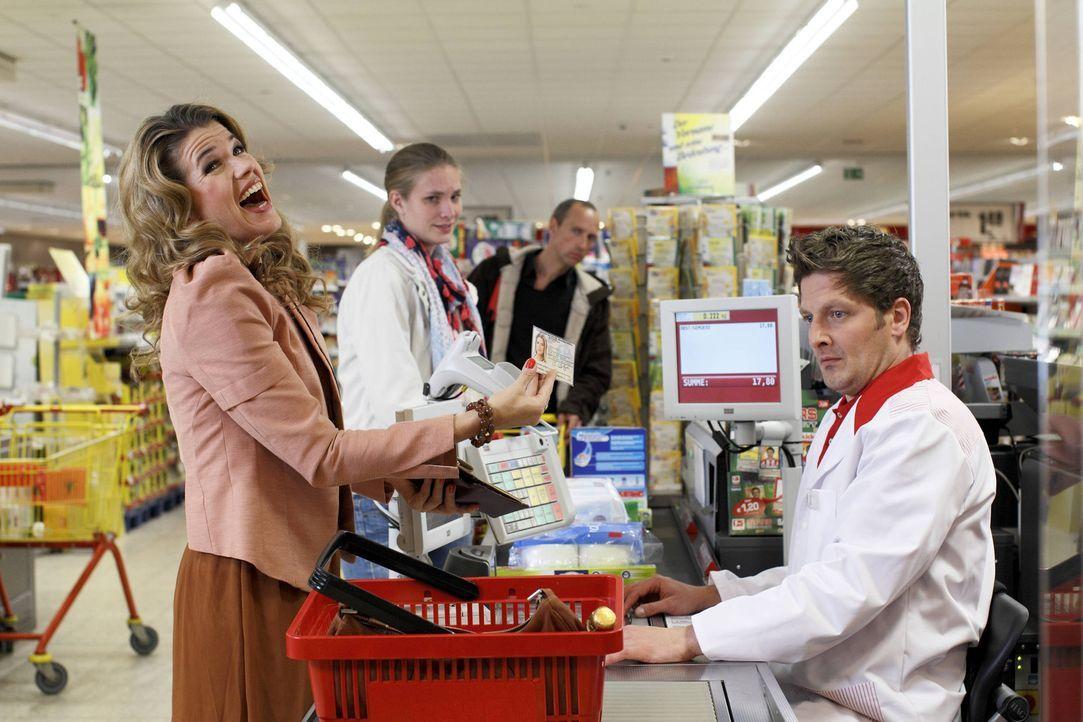 Was tun mit einer offensichtlich erwachsenen Kundin (Anke Engelke, l.), die unbedingt beweisen will, dass sie volljährig ist und Alkohol kaufen dar... - Bildquelle: Guido Engels SAT.1