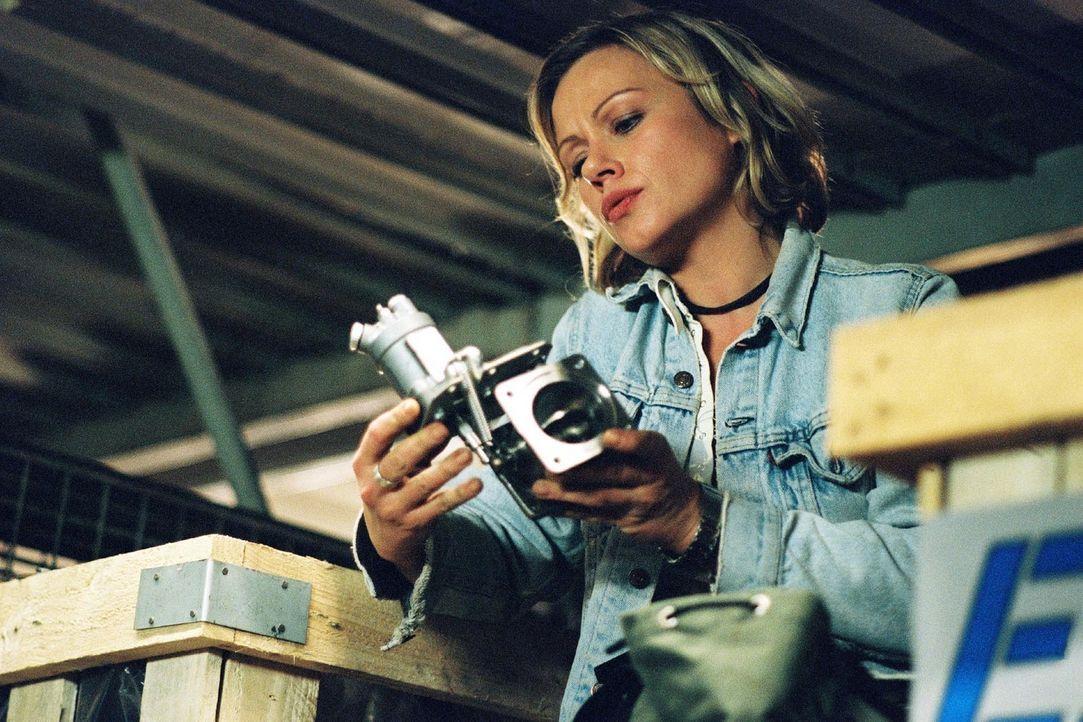 """Franziska (Jennifer Nitsch) entwendet ein gebrauchtes Flugzeugersatzteil """"Bogus Part"""" aus dem Ersatzteillager, in dem ihr Bruder gearbeitet hat, um... - Bildquelle: Sat.1"""